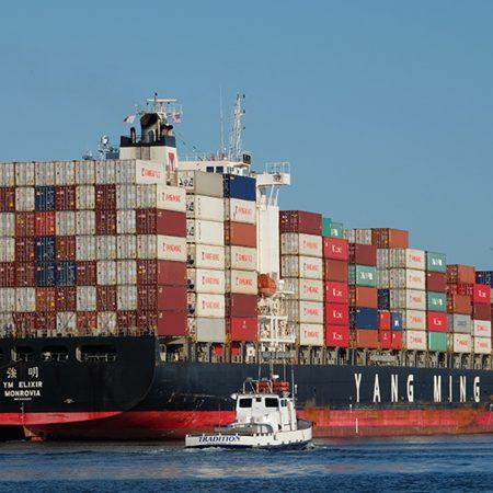 たくさんのコンテナを積み洋上を走る貿易船の画像です。L/C決済について説明する記事中のイメージ画像です。