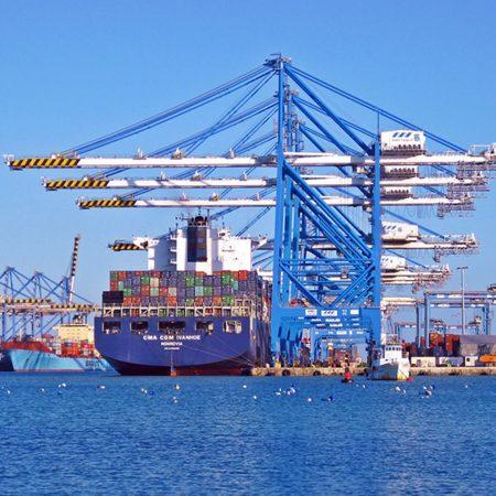 貿易についてわかりやすく解説する記事中のイメージ画像です。港に停泊したコンテナ船の遠景です。