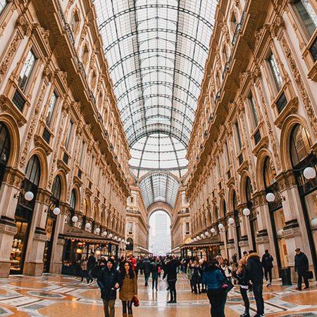 ミラノのファッションやブランド、買い物スポットについて説明する記事中のイメージ画像です。モールのような大きな建物の中です。