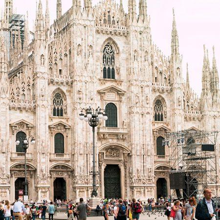 ミラノの中心に鎮座するドゥオーモの正面やや左からの写真です。手前に観光客の姿が見えます。
