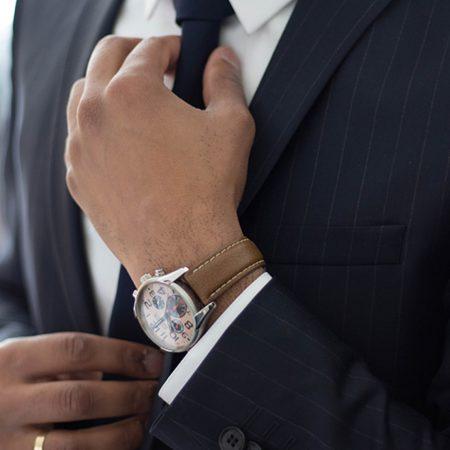 輸入ビジネスのあらゆる課題をワンストップで解決するKathaloコンサルティングについて説明した記事中のイメージ画像です。ネクタイを直す男性の凛々しげな姿が写っています。