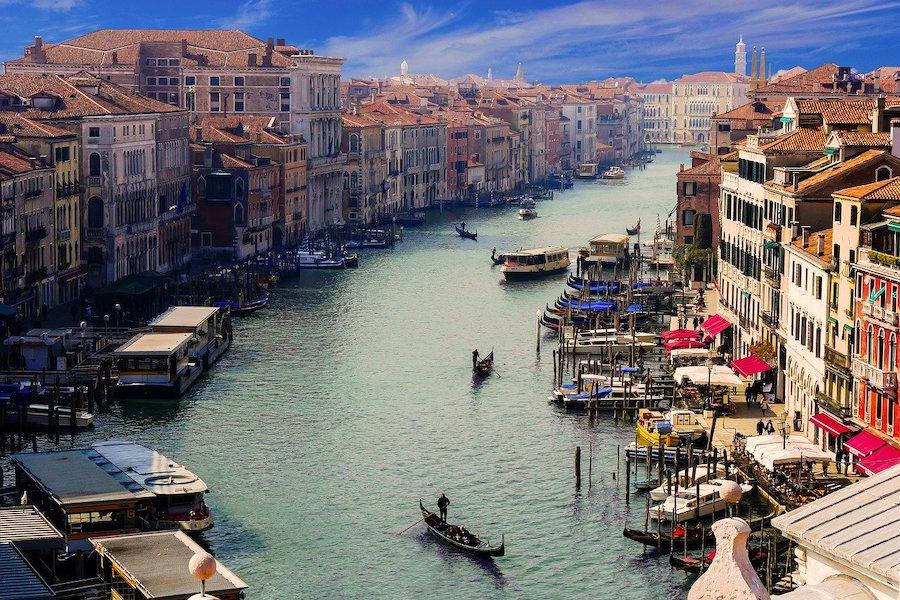 イタリアで開催される展示会情報を記した記事中のイメージ画像です。ヴェネチアの運河の遠景です。