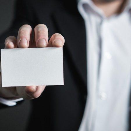 海外のビジネスシーンにおける名刺交換のマナーについて書かれた記事中のイメージ画像です。
