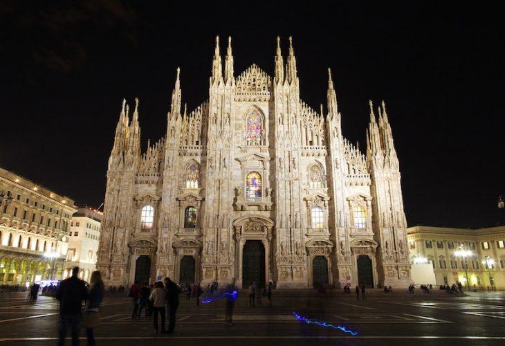 ミラノで開催される展示会「ミラノサローネ」について書かれた記事中のイメージ画像です。ライトアップされたドゥオーモが夜空に浮かび上がります。