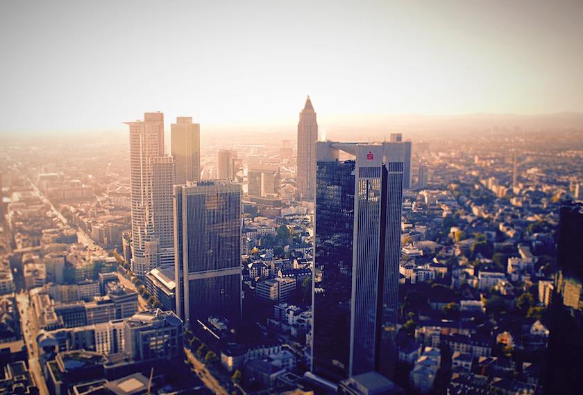ドイツの見本市Ambiente(アンビエンテ)について書かれた記事中のイメージ画像です。朝日を浴びてフランクフルトの高層ビルがそびえます。