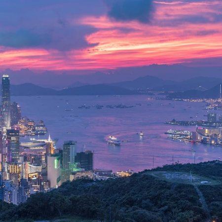 香港の展示会等を主催するHKTDCの2020年4月開催のイベントについて書かれた記事中のイメージ画像です。夕暮れ時の香港の夜景が広がります。