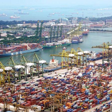 輸入ビジネスの仕入れの方法について書かれた記事中のイメージ画像です。港に停泊する輸送船とおびただしい数の色とりどりのコンテナが積み上げられています。