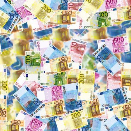 ユーロとは何かを説明する記事中のイメージ画像です。たくさんのユーロ紙幣がいろどり鮮やかに並んでいます。