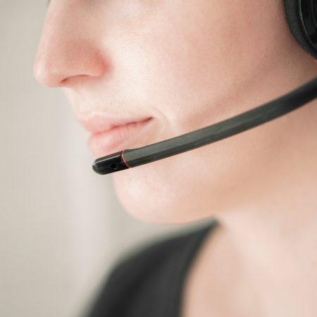 ビジネス英語で電話応対する際のフレーズを場面ごとにまとめた記事中のイメージ画像です。