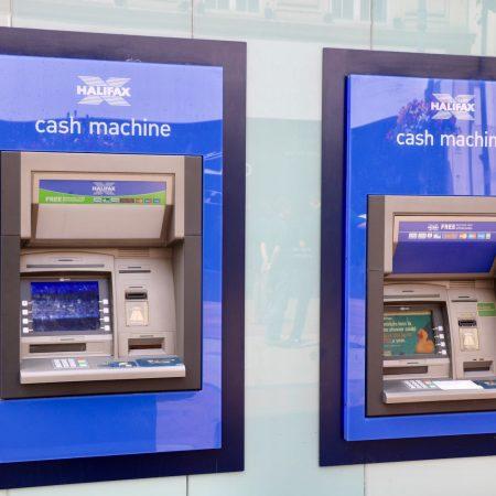 海外現地で現金を調達する方法を解説した記事中のイメージ画像です。海外街角のATMが写っています。
