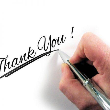 英語のビジネスメール「お礼」のフレーズを解説した記事中のイメージ画像です。白い用紙にthank youの文字が。
